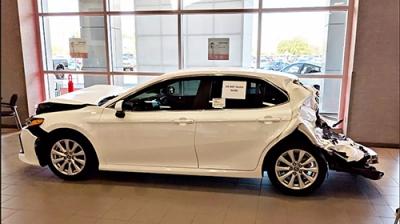 Đại lý Toyota trưng bày Camry bị đụng co rụm đầu đuôi để chứng minh độ an toàn